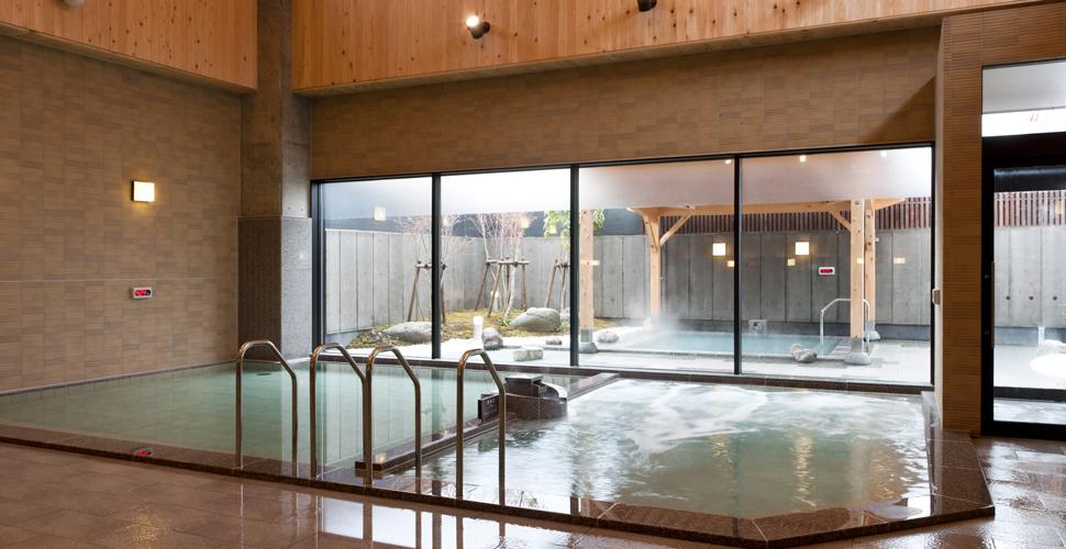 92度と高温で湧出する源泉を熱交換機器で加水せずに濃度そのままで入浴できる温泉 総湯