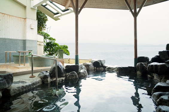 海に面した露天風呂は波静かな七尾湾と一つになっているような一体感を得られる絶景。和倉温泉 多田屋