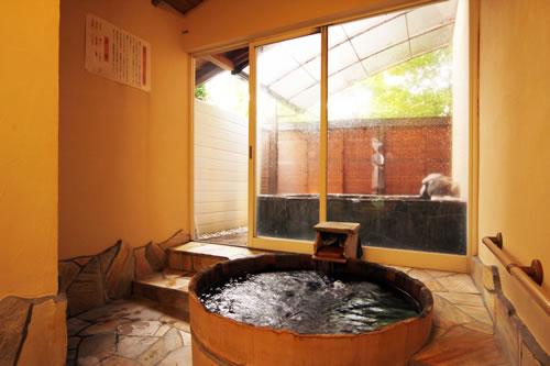 内湯と露天風呂の2つのお風呂を同時に貸切りできる 楊貴妃