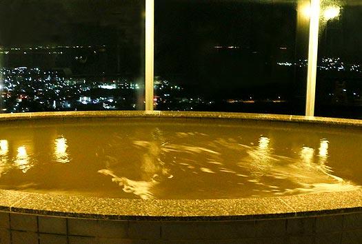 ユインチホテル南城内にある温泉施設、猿人の湯(夜)