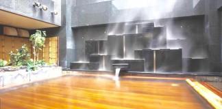 空に吹き抜ける湯香郷の露天風呂