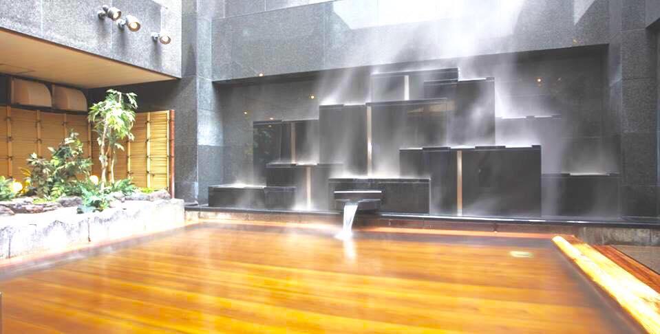 空に吹き抜ける すすきの天然温泉 湯香郷の露天風呂
