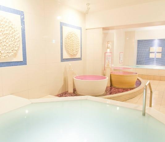 壺湯などが並ぶこみちの湯のお風呂
