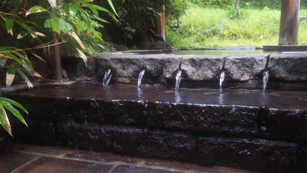 溢れる温泉