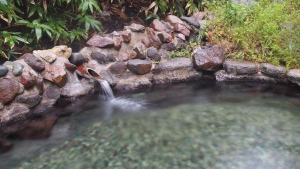 竹から流れ出る温泉