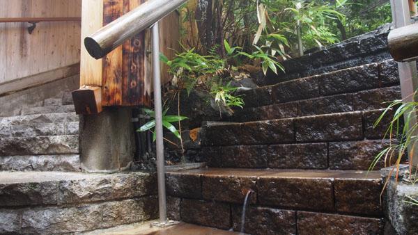 石楠花の湯から流れる温泉