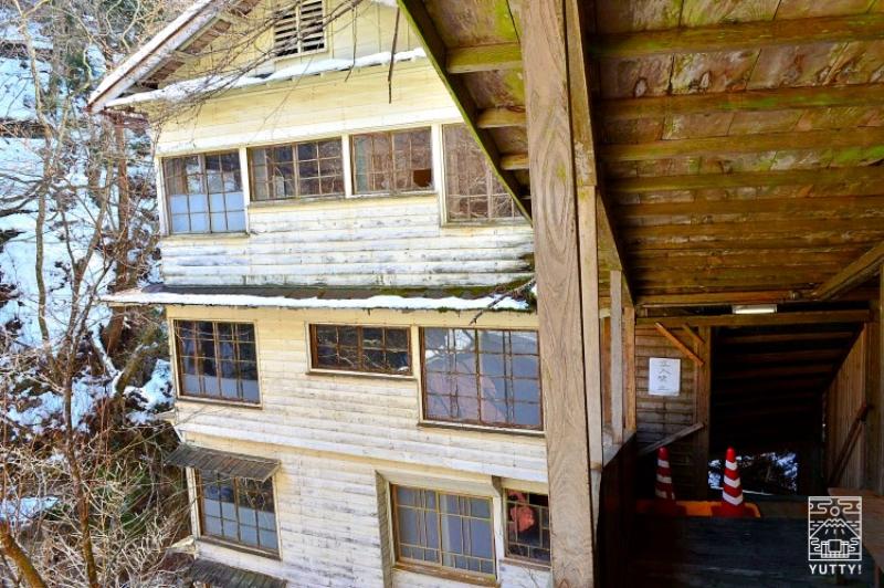 塩原温泉 明賀屋本館 階段通路とかつての湯治棟の写真