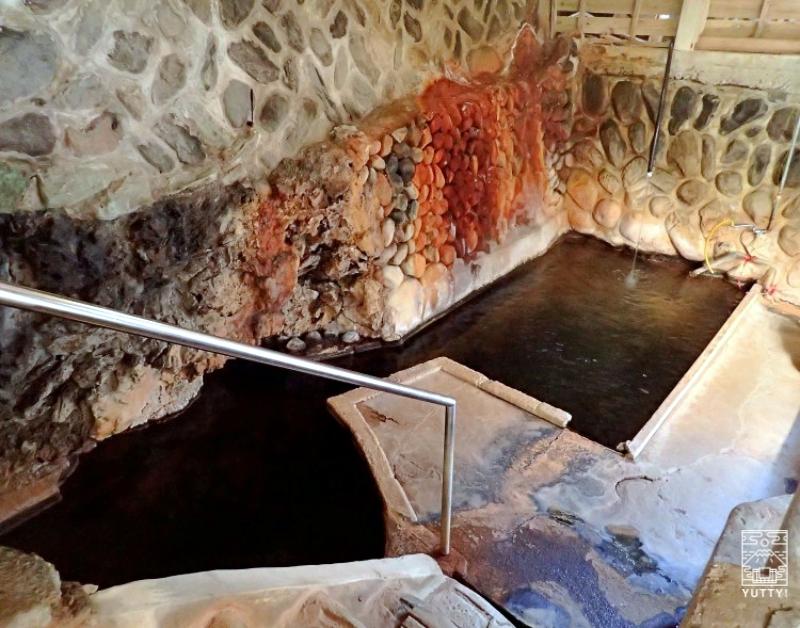 塩原温泉 明賀屋本館 半露天の黒湯の写真