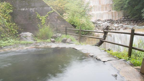 男湯の河原の湯。目の前に流れる滝が迫力があります