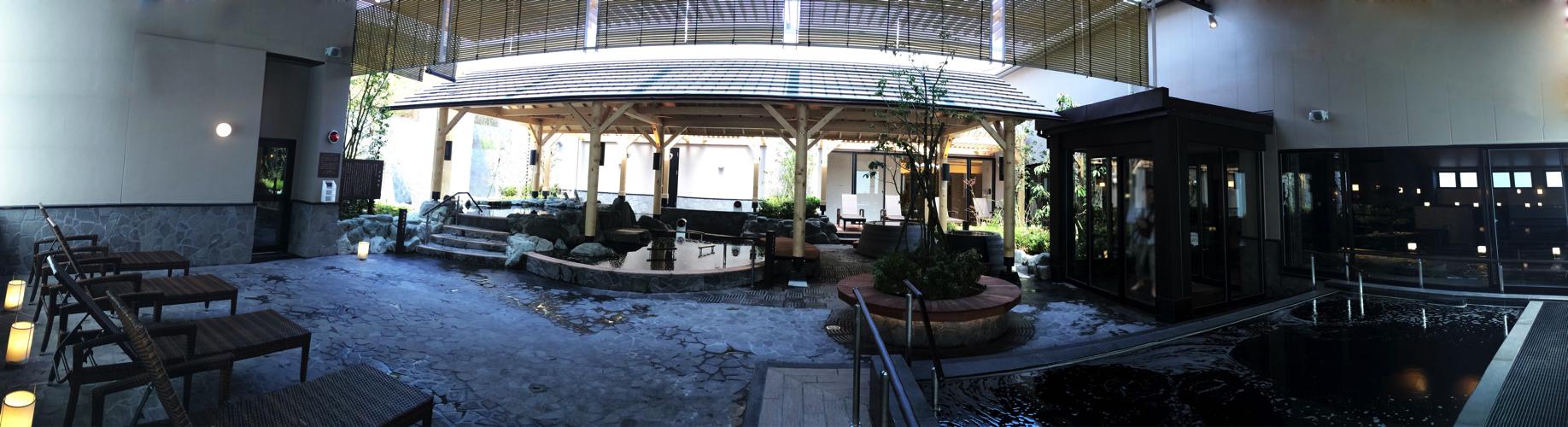 綱島温泉「綱島源泉湯けむりの庄」の露天風呂のパノラマ写真