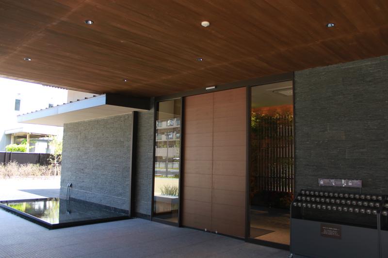 綱島温泉「綱島源泉湯けむりの庄」の玄関の写真