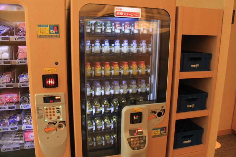 綱島温泉「綱島源泉湯けむりの庄」の牛乳自販機の写真