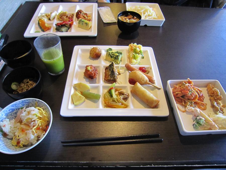 杉戸温泉「雅楽の湯」の料理が置かれたテーブルの写真