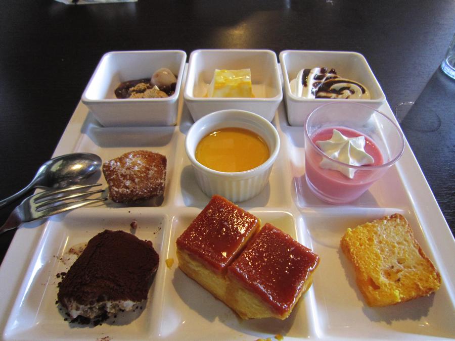 杉戸温泉「雅楽の湯」のデザートが置かれたテーブルの写真