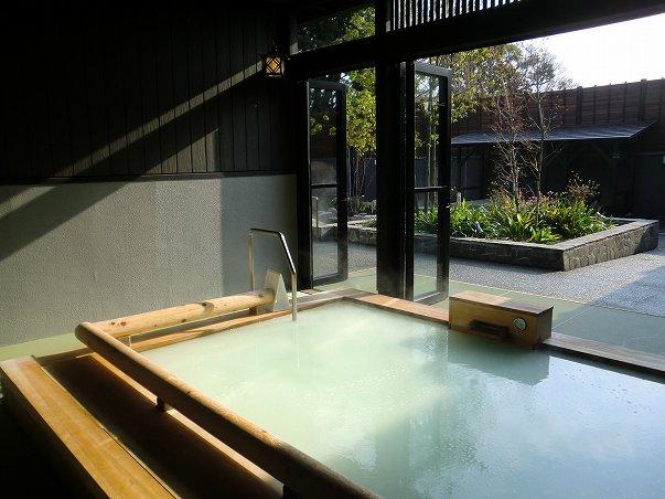 杉戸温泉「雅楽の湯」の半露天のシルク風呂の写真