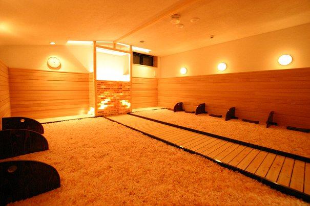 杉戸温泉「雅楽の湯」の岩塩を敷き詰めた「華」の写真