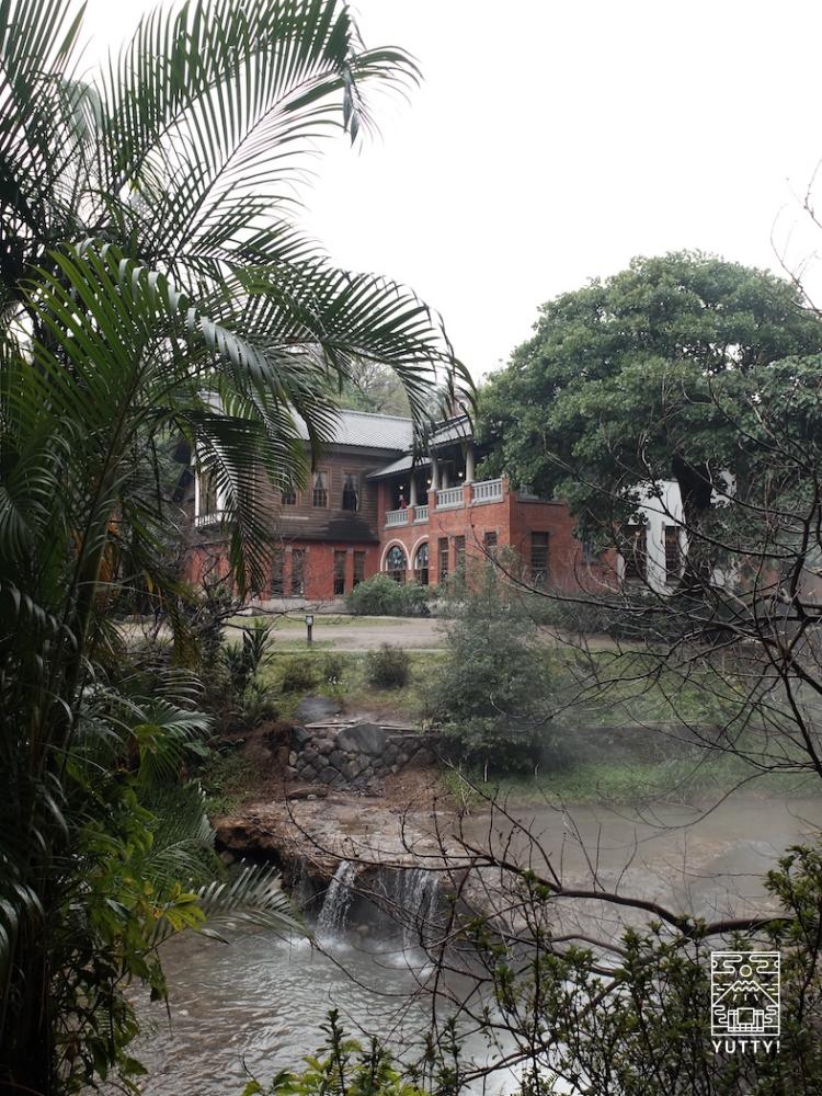湯気の上がる川と台湾北投温泉博物館の写真