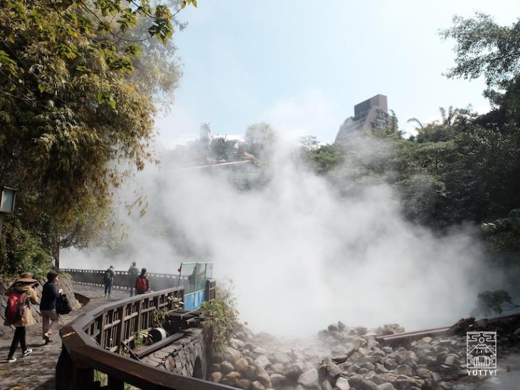 台湾北投温泉の地熱谷で煙が湧き上がっている光景の写真
