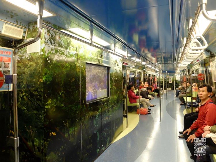 台湾北投温泉へ行く電車内の風景の写真