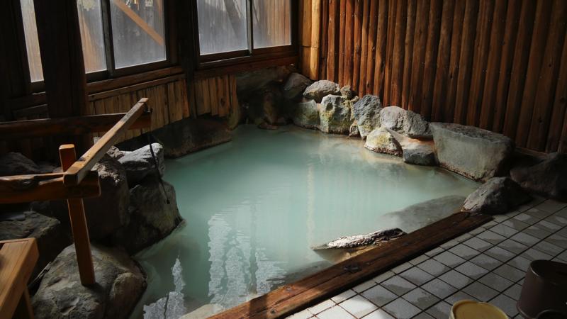蔵王温泉ルーセントタカミヤの岩風呂の内湯「木もれ陽の湯」の写真