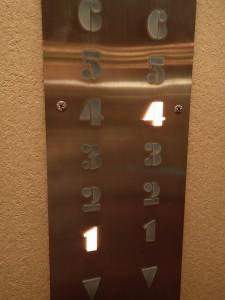 成田ビューホテルのエレベーター内の写真