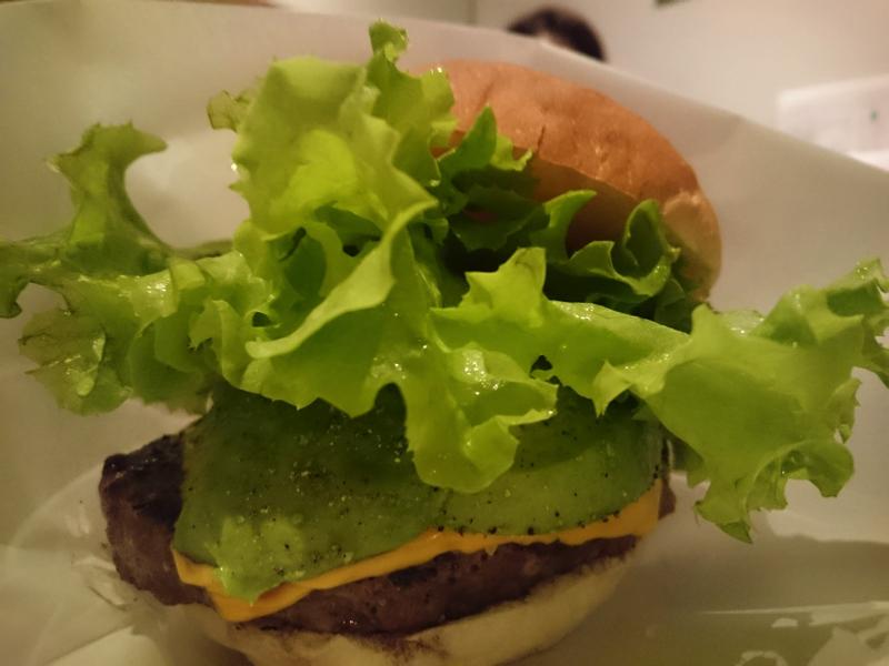 ハラカラ 南青山店のアボカドを使ったハンバーガーの写真
