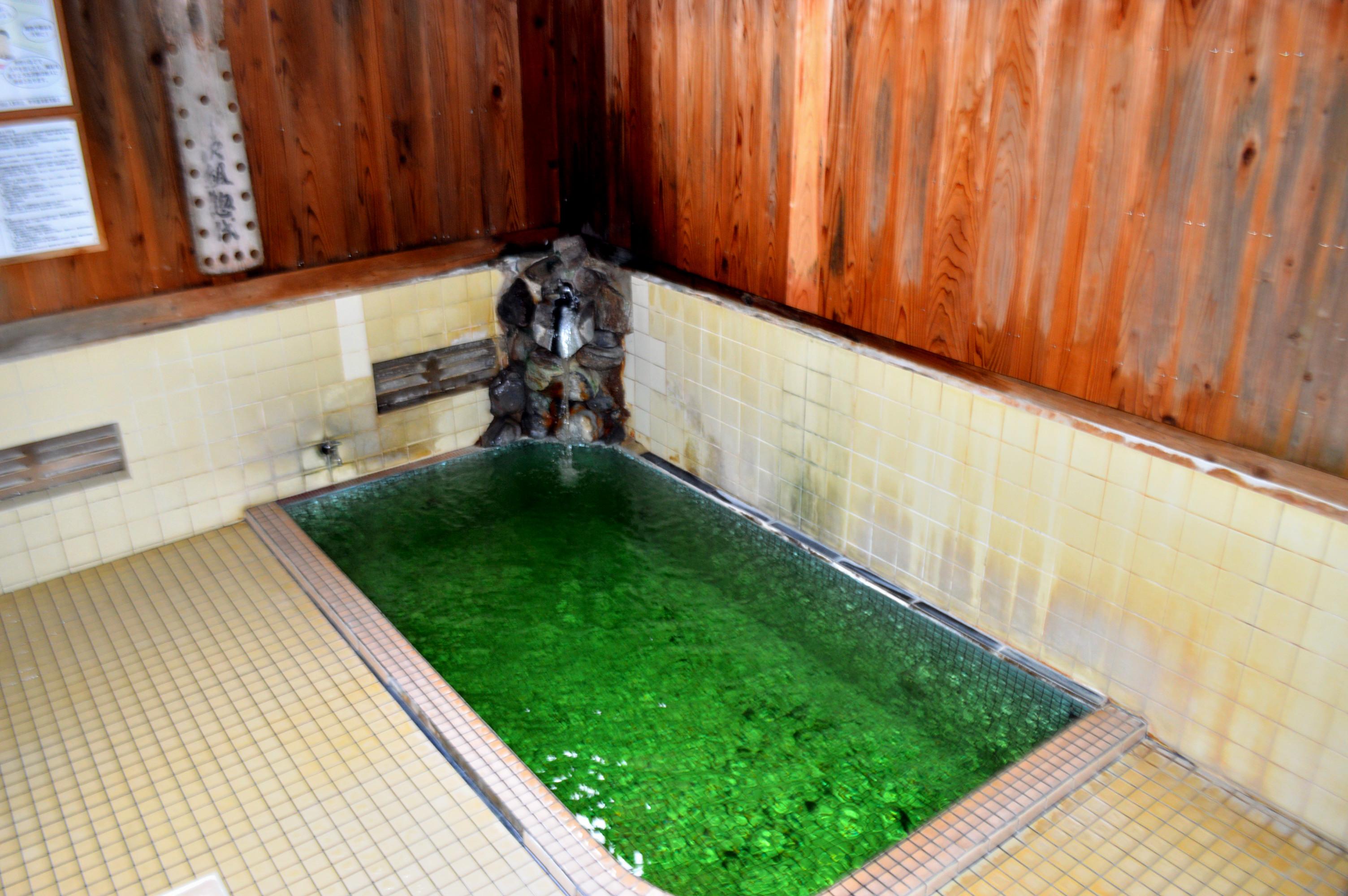 野沢温泉「滝の湯」のグリーンの温泉の写真