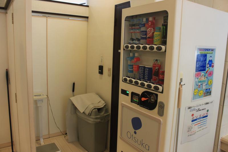 南青山 清水湯の自動販売機、体重計、トイレなどの写真