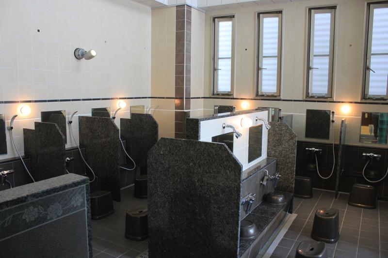 南青山 清水湯の男湯の洗い場の写真