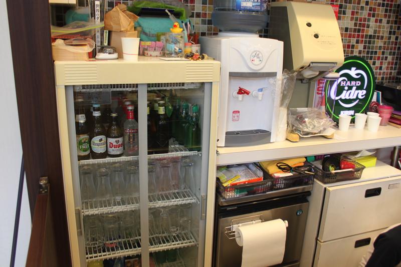 南青山 清水湯の瓶のビールやラムネの写真