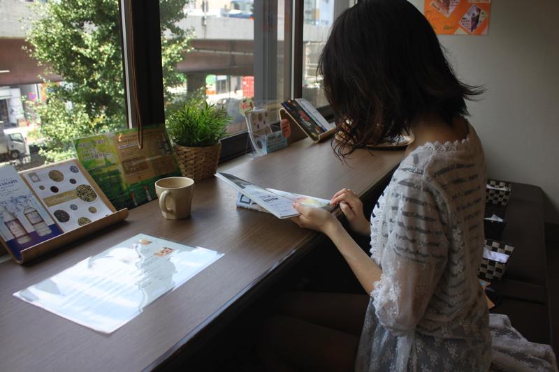 足湯カフェ「ほぐれすと」のカウンター足湯で読書中の女性の写真