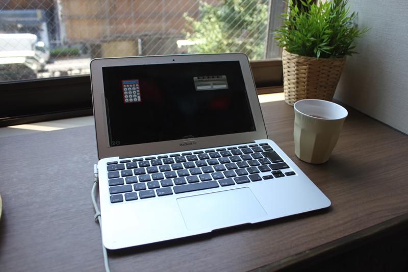 PC作業にも便利な、足湯カフェカウンター足湯の写真