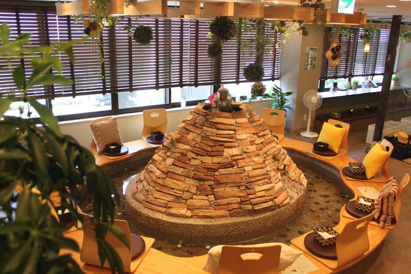 足湯カフェ「ほぐれすと」の円形の足湯の写真