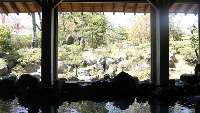 秋保温泉の岩沼屋の内湯から見える開放的な景色の写真