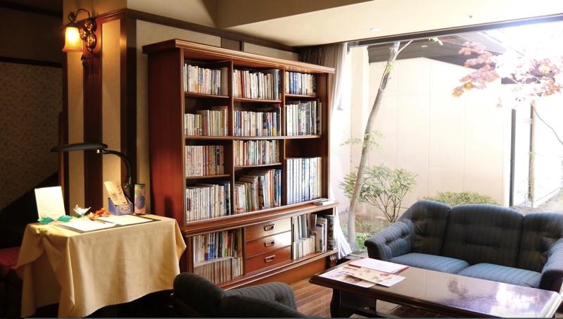 秋保温泉の岩沼屋の本棚の写真
