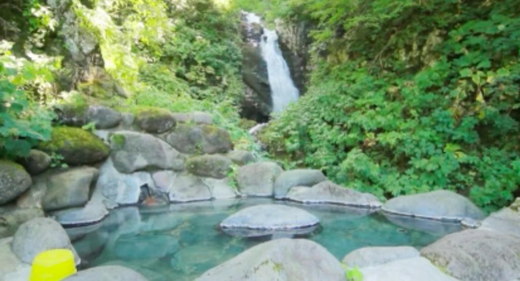 新高湯温泉の吾妻屋の滝見露天風呂の写真