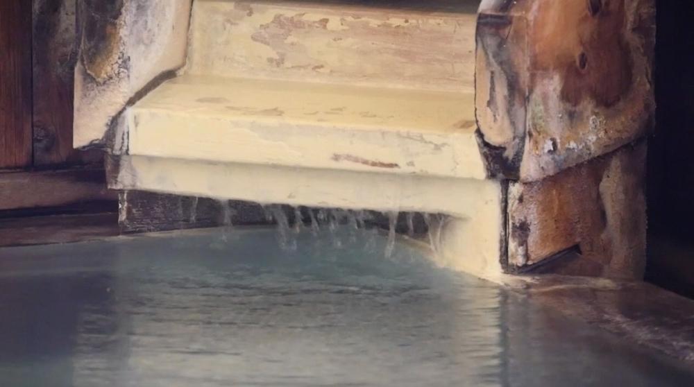 蔵王温泉 松金屋アネックスの乳白色の温泉の写真