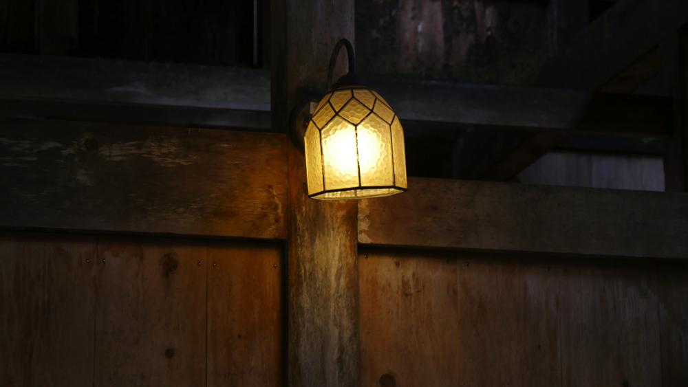 白布温泉の西屋の玄関にあるランプの写真