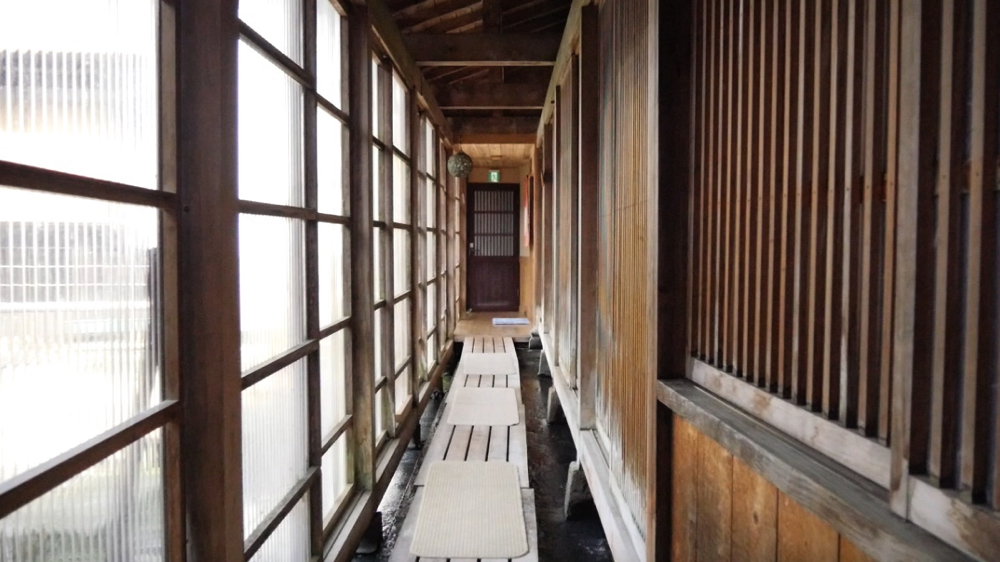 白布温泉の西屋の大浴場へ向かう廊下の写真