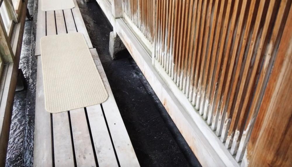 白布温泉の西屋の廊下の下を流れる大量の温泉の写真