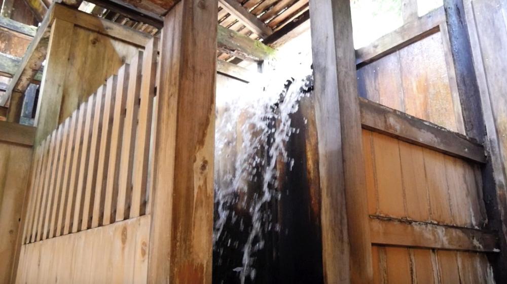 白布温泉の西屋の滝のように流れる源泉の写真