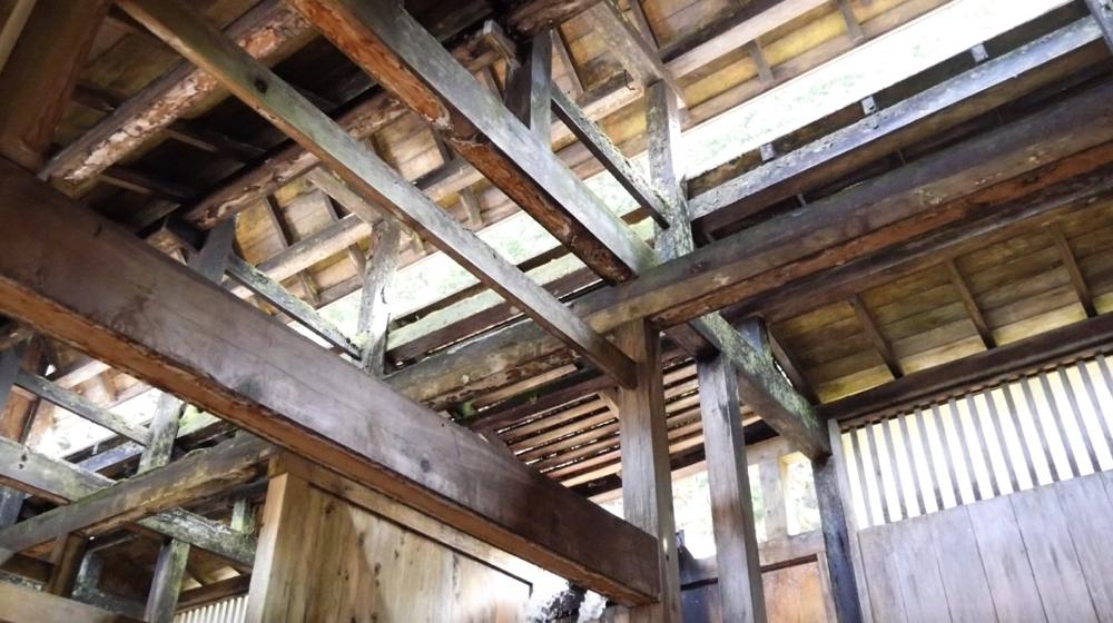 白布温泉の西屋の全面木造りの浴場の写真