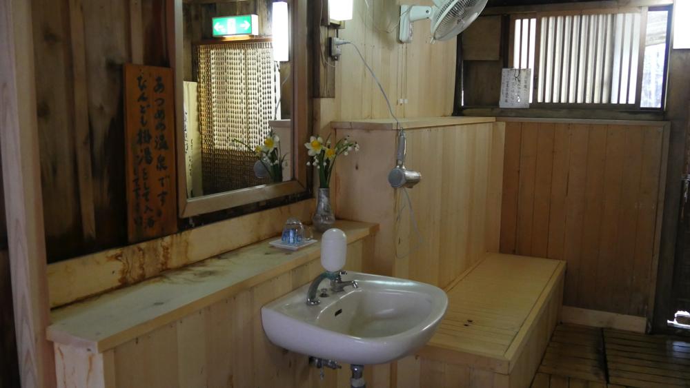 白布温泉の西屋の洗面台の写真