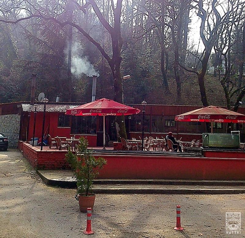 ヤロワ温泉の湯けむりが上がる休憩所の写真