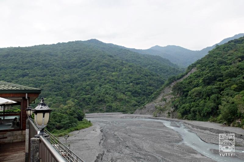 温泉から眺める知本渓と山々の写真