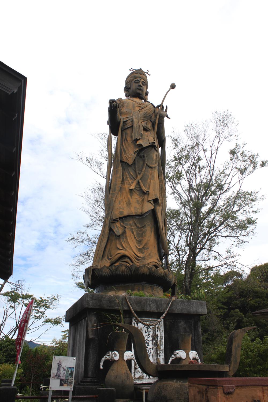 舘山寺聖観音菩薩像の全体がおさまった写真