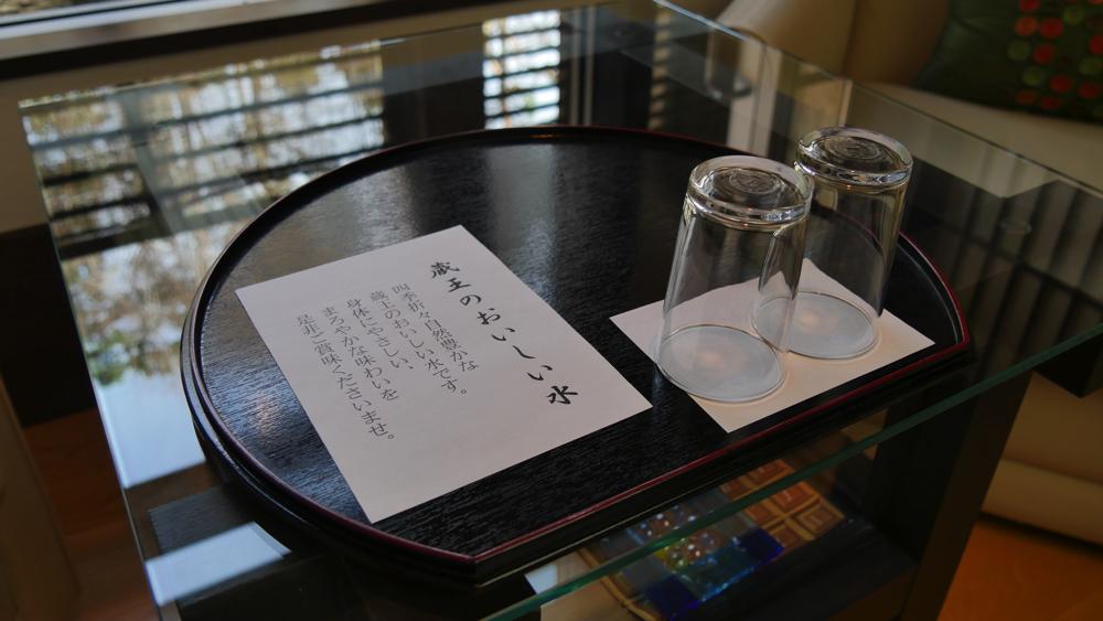 部屋で飲める水は「蔵王のおいしい水」の写真