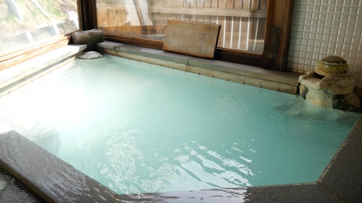 蔵王温泉の深山荘高見屋「せせらぎの湯」の内湯の写真