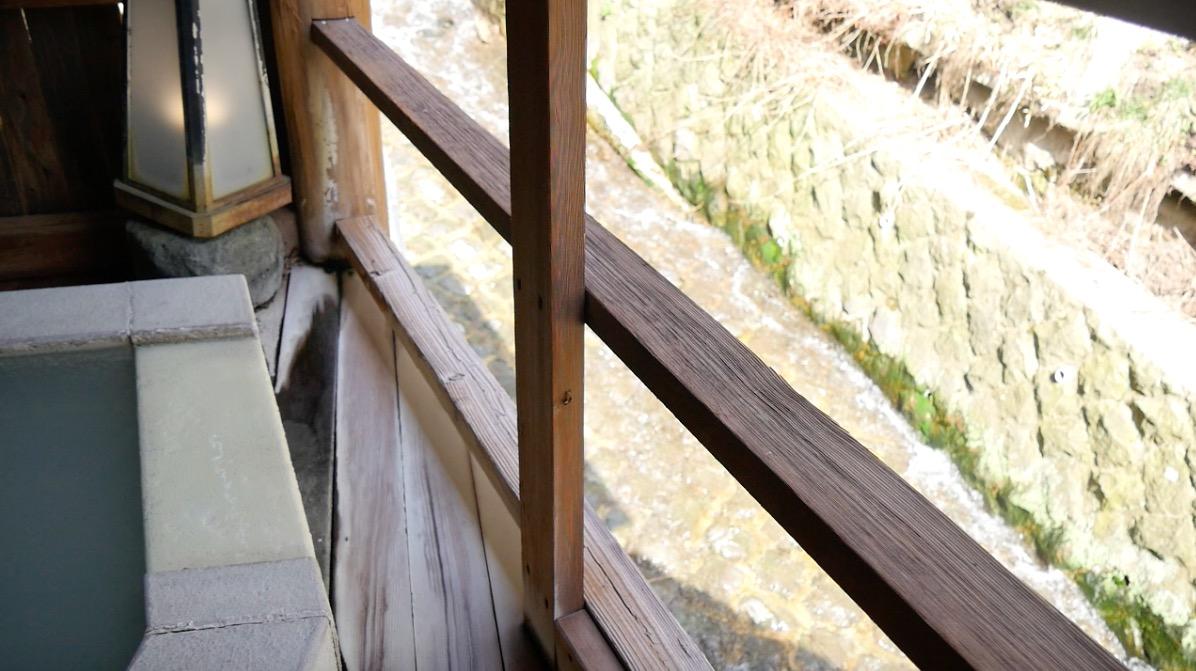 蔵王温泉の深山荘高見屋「せせらぎの湯」の露天石風呂の写真