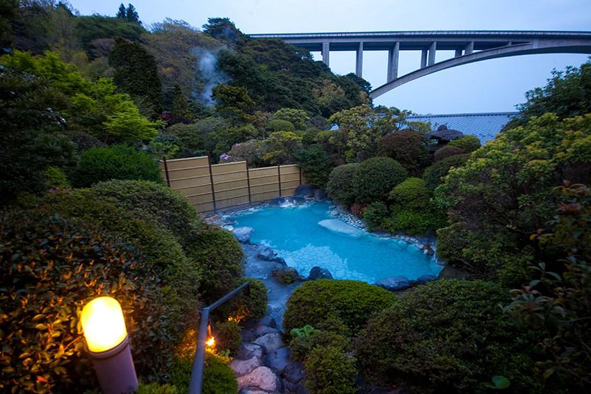 大分・別府温泉「明礬温泉・岡本屋旅館」の温泉の写真
